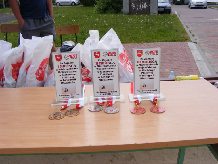 Puchary, medale WZPS Lublin i słodkie upominki od Firmy dr Gerard
